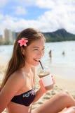 Strandkvinna som dricker cappuccinodrinken för med is kaffe Royaltyfria Bilder