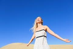 Strandkvinna som har gyckel som skrattar tycka om solen Arkivfoto