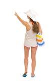 Strandkvinna som pekar på kopieringsutrymme. bakre sikt Royaltyfri Fotografi