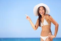 Strandkvinna som pekar visningsemesterbegrepp Royaltyfri Fotografi