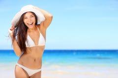 Strandkvinna som är lycklig på loppsemester i bikini Arkivbilder