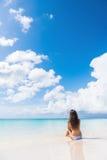 Strandkvinna som tycker om den fridfulla lyxiga semestersolen Royaltyfri Fotografi
