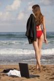 strandkvinnaarbete royaltyfri foto