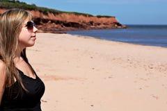 strandkvinnabarn royaltyfria bilder