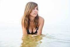 strandkvinnabarn arkivfoton