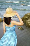 strandkvinnabarn Royaltyfri Fotografi