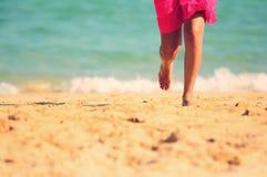 strandkvinnligrunning Arkivfoton