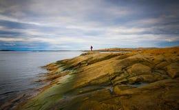 Strandlandschaft mit entfernter Person Stockfotos