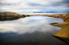 Strandlandschaft mit Insel Stockbilder