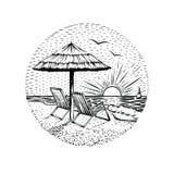 Strandlandschaft mit Sonnenschirm und zwei Stühlen Rundes Seeferienemblem, -karte oder -Gestaltungselement lizenzfreie stockbilder
