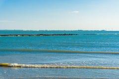 Strandlandschaft mit Wellen und Seeansicht Lizenzfreies Stockbild