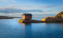 Strandlandschap met de visserij van plattelandshuisje Royalty-vrije Stock Foto