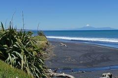 Strandlandschap met vulkaan en zwart zand Royalty-vrije Stock Foto