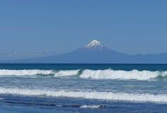 Strandlandschap met vulkaan en zwart zand Stock Foto's