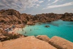 Strandleben bei Spiaggia Cala Coticcio lizenzfreie stockfotos