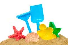 Strandleksaker i sand fotografering för bildbyråer