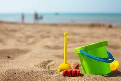 Strandleksaker i sanden Royaltyfri Foto