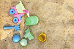Strandleksaker i sanden arkivfoto