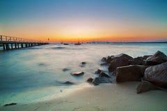 Strandliggande på solnedgången Royaltyfria Foton