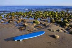 strandliggandesurfingbräda Arkivbild