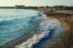 Strandlijn en vacationing mensen royalty-vrije stock afbeeldingen