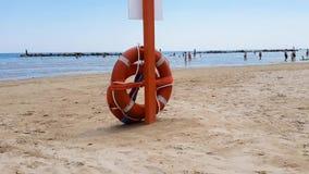 Strandlivräddare i den Adriatiska havet stranden stock video