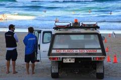 Strandlivräddare och medel Arkivfoto