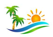 Strandlogo-Wasserwelle Hoteltourismusfeiertagssommerstrandkokosnuss-Palme-Vektorlogoentwurf Küstenikone auf weißem Hintergrund stockbilder