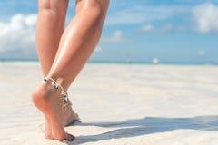 Strandloppbegrepp Sexiga ben på den tropiska sandstranden Gå kvinnlig fot closeup Arkivbild