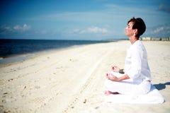 strandmeditation Royaltyfri Fotografi