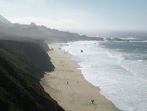 Strandmening met bergen stock afbeeldingen