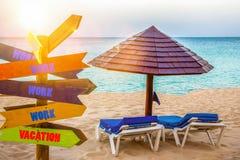 Strandmening met oceaan, houten paraplu en teken met richting t royalty-vrije stock afbeeldingen