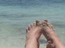 Strandnahaufnahmeseekopienraum des bloßen Fußes weiblicher stockfotos