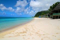 Strandnahe fales und exotisches Türkiswasser von Lalomanu-Strand in Samoa, Upolu-Insel lizenzfreie stockbilder