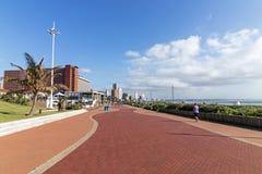Strandnahe Promenade gegen blaues Coudy-Stadtbild in Durban Stockbilder