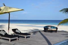 Strandnahe Sonnenaufenthaltsräume Lizenzfreie Stockfotos
