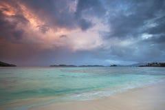 strandoklarheter över den tropiska stormen Arkivbild