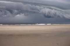 strandoklarheter över storm arkivbild