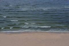 Strandozean-Wasserwelle geben Gefühl frei Lizenzfreies Stockfoto