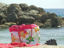 Strandpåse, handduk och sandaler royaltyfria foton