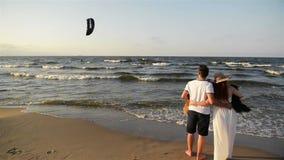 Strandpaar die op de romantische Romaanse vakantie lopen van de de vakantiezomer van reiswittebroodsweken Achter achtermening van stock footage