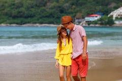 Strandpaar die op romantische reiswittebroodsweken lopen Royalty-vrije Stock Afbeelding