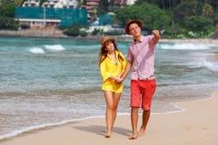Strandpaar die op romantische reiswittebroodsweken lopen Stock Foto's