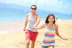 Strandpaar die vakantie van de pret de romantische vakantie hebben royalty-vrije stock foto