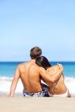 Strandpaar romantisch in liefde het ontspannen op reis stock foto's