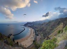 Strandpanorama - havet, sand, blå himmel - antenn arkivbilder