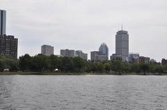 Strandpanorama med det kloka tornet från Boston i det Massachusettes tillståndet av USA Royaltyfri Bild