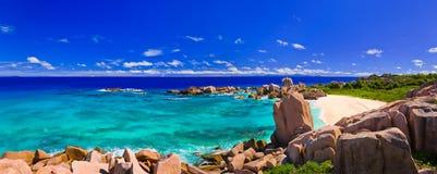 strandpanorama tropiska seychelles Arkivfoto