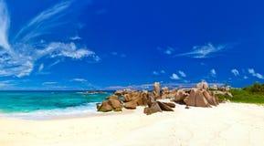 strandpanorama tropiska seychelles Arkivbild