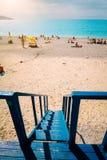 Strandpanorama van de toren van de badmeesterredding De vakantie van de zomerzomer op mediterrean overzees royalty-vrije stock afbeeldingen